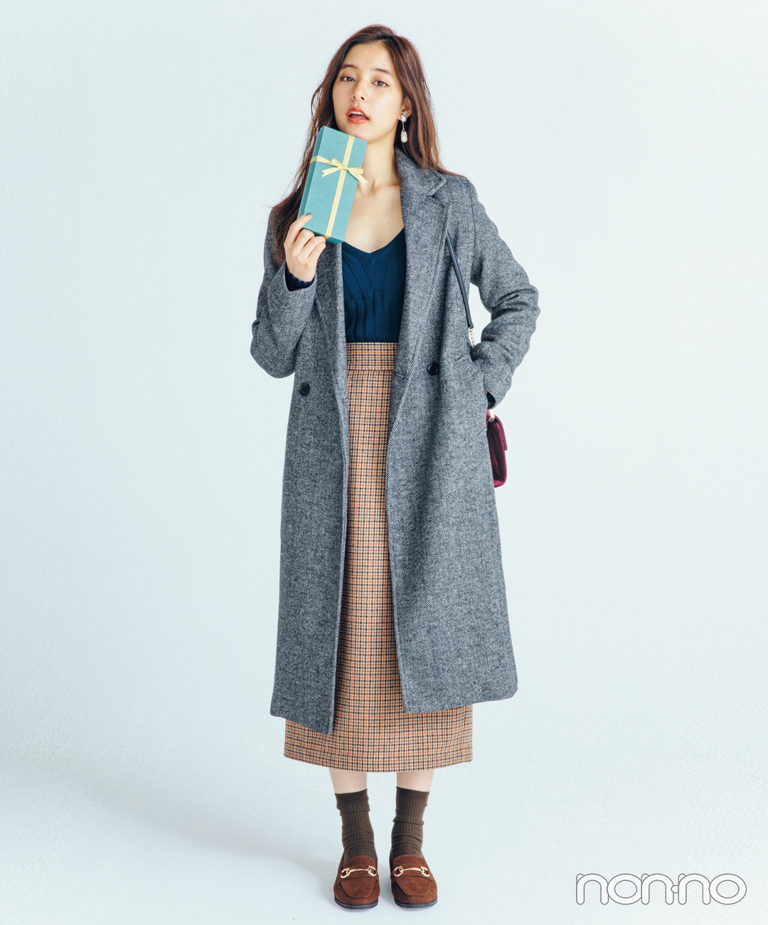 新木優子は鎖骨見せニットでマニッシュコートを色っぽく【毎日コーデ】