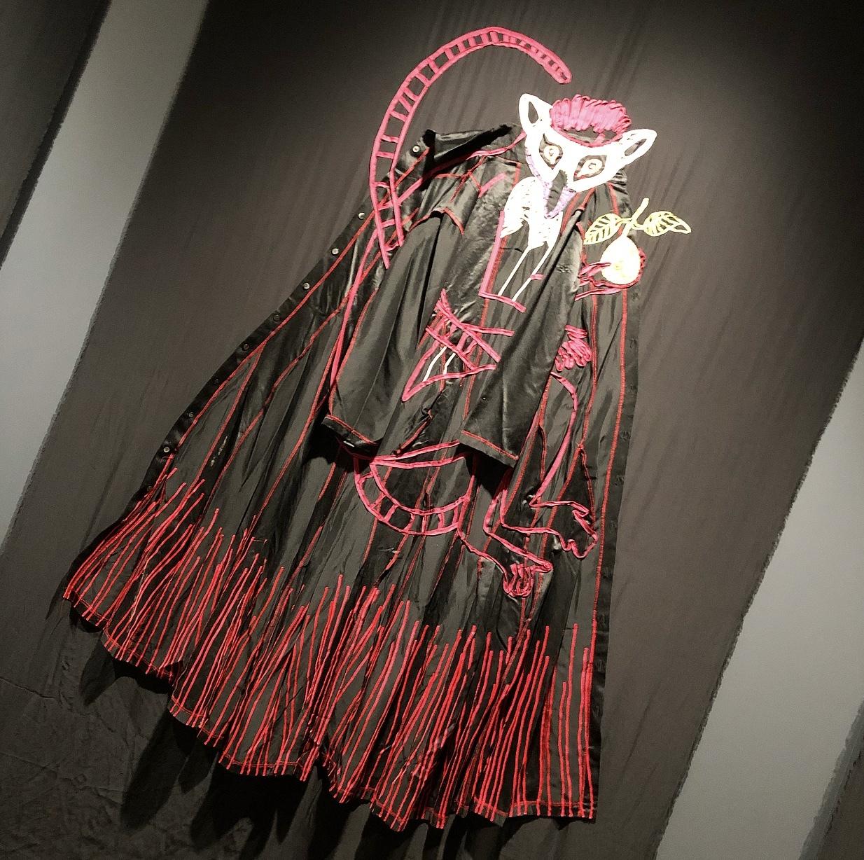 濃ベージュ刺繍ワンピで、ひびのこづえ展_1_3-2
