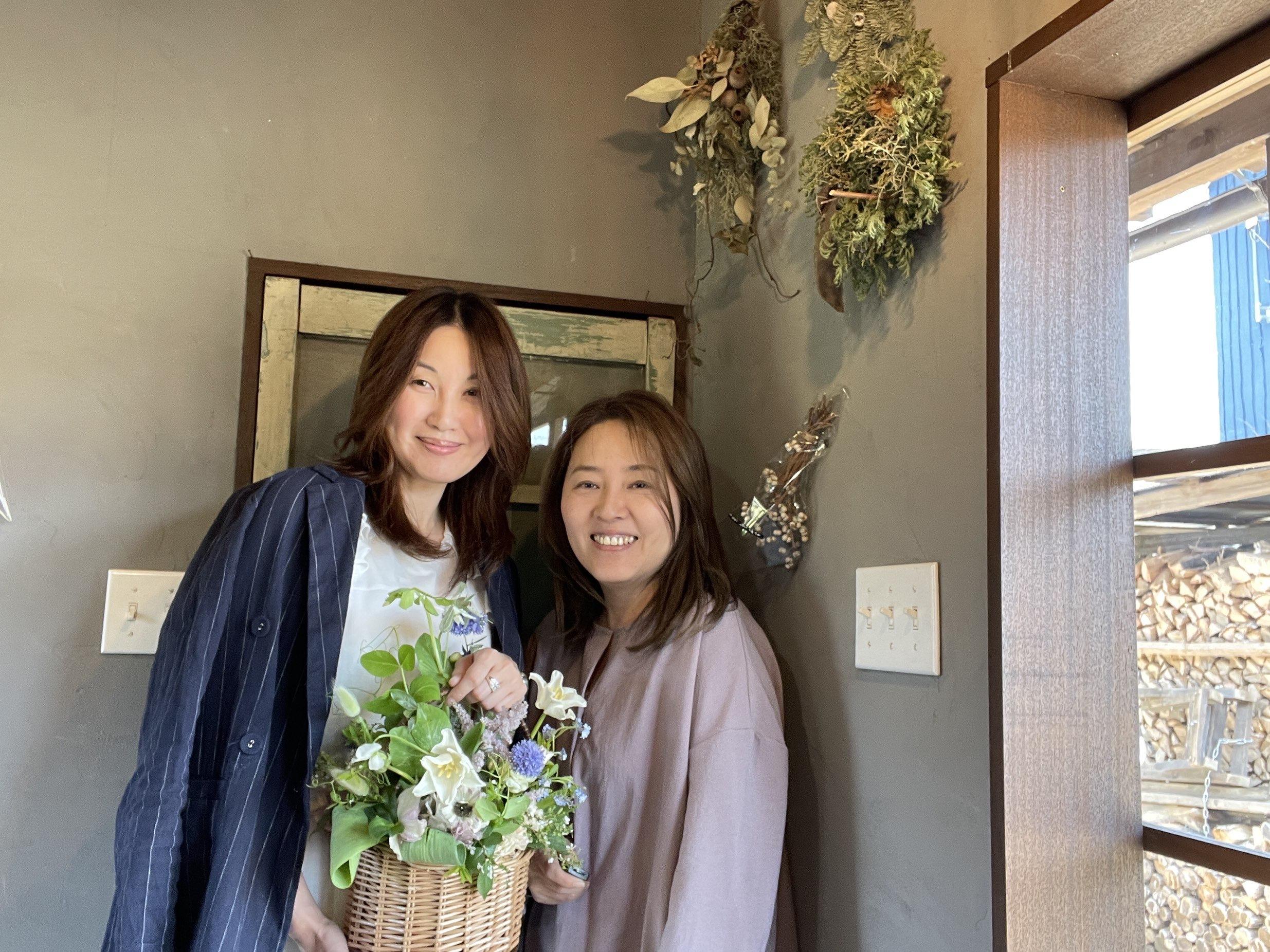花かごを持った女性二人