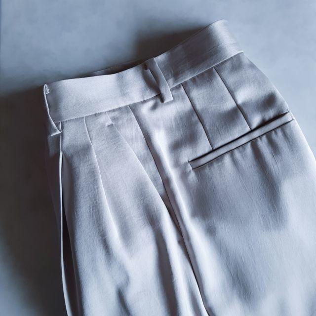 白のサテンパンツ