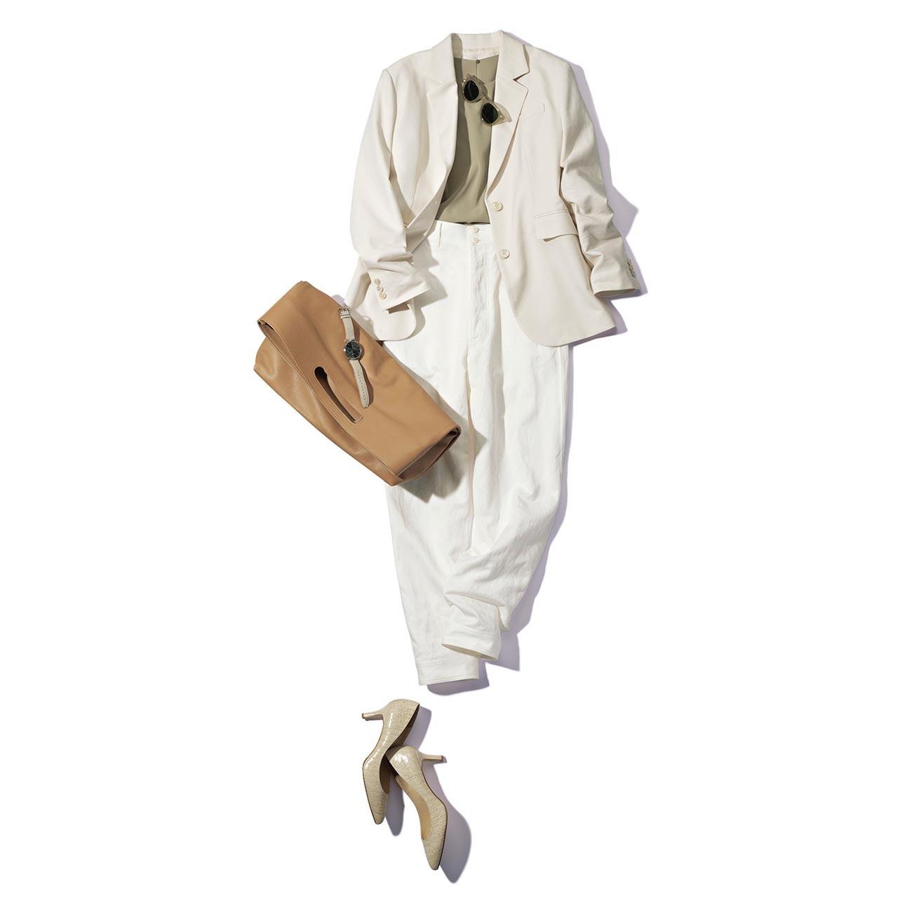 ロングジャケット×ベージュのブラウス×白パンツコーデを着たモデルの渡辺佳子さん