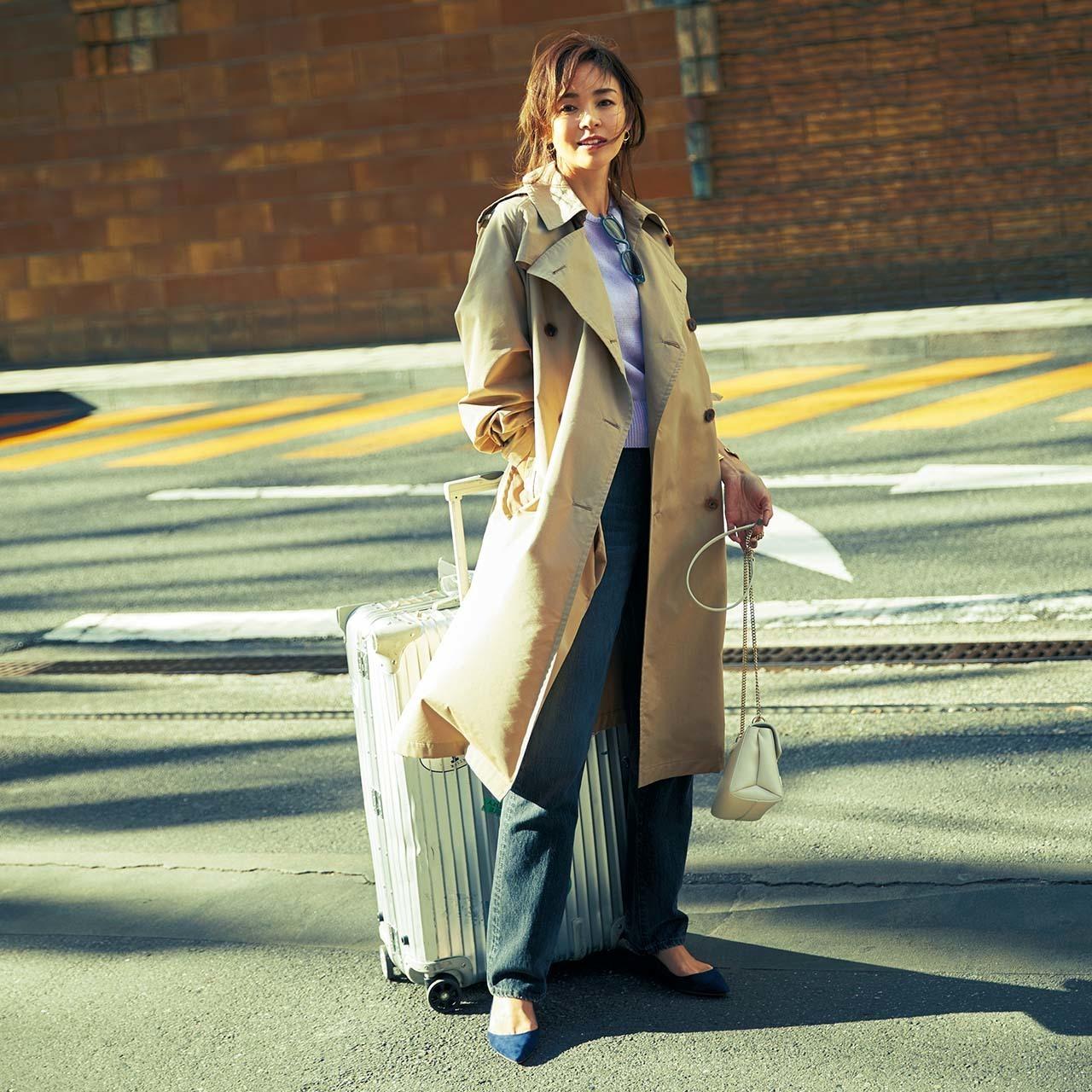 ベージュのトレンチコート×デニムパンツのファッションコーデ