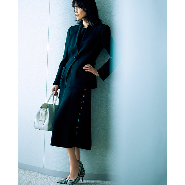 着る人の体を優美に引き立て、品格を高めるクラシカルな黒