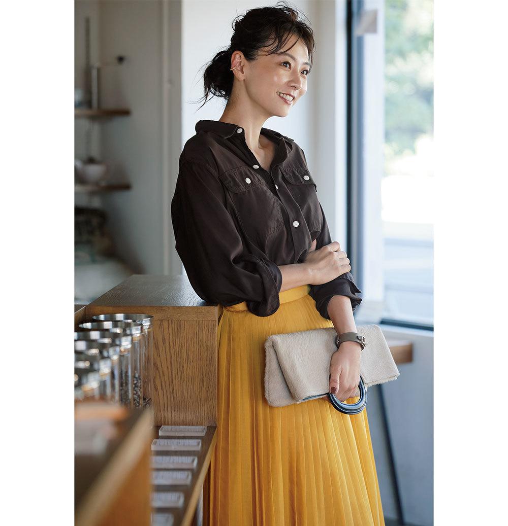 ブラウンシャツ×イエローのプリーツスカートファッションコーデ