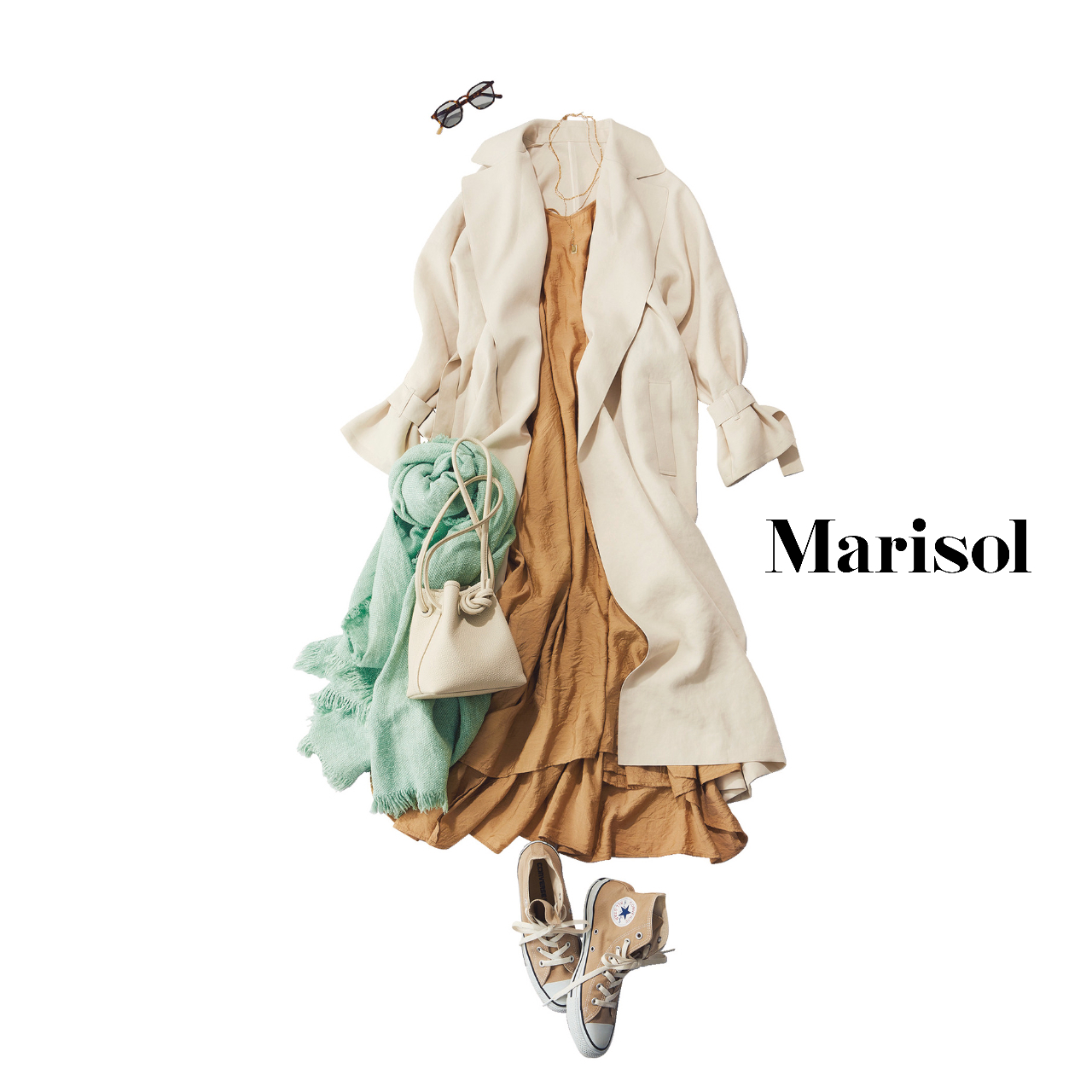 40代ファッション 白コート×ベージュワンピース×スニーカー コーデ
