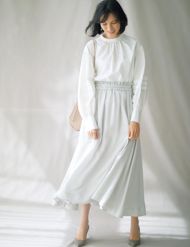 スタンドカラーの白ブラウスを着こなす田沢美亜