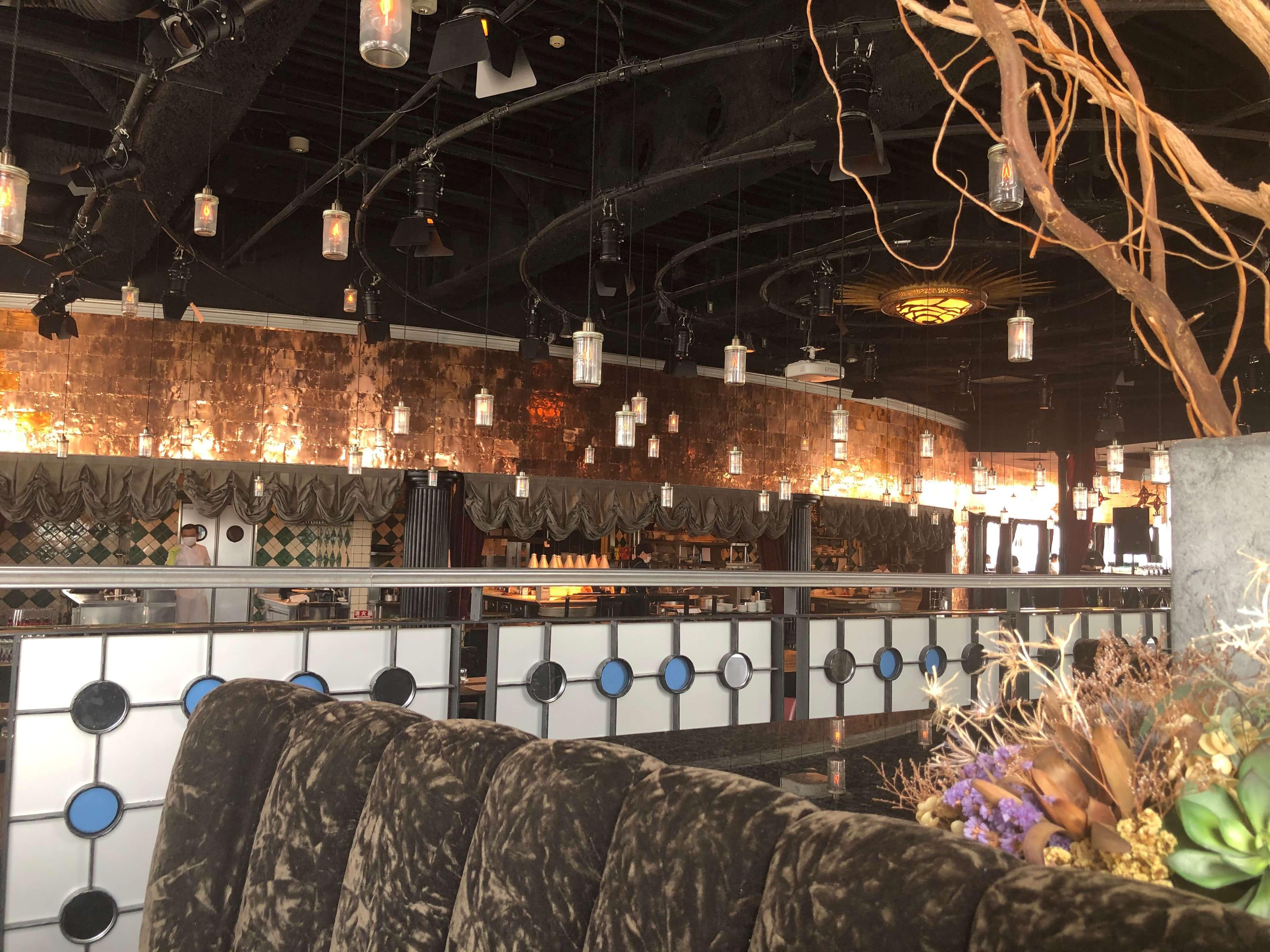 ランプがたくさん浮いているように見える素敵な大空間の店内。結婚式やパーティーなども行っている。