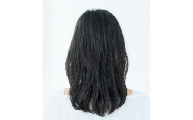 リバース巻きの毛流れで顔まわりが華やぐスタイルのバック