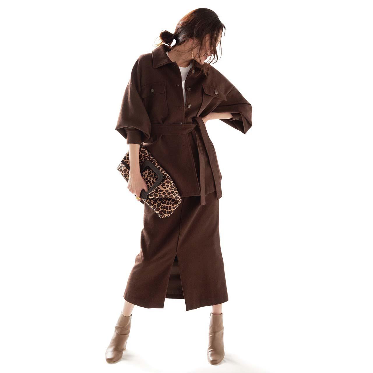 セットアップ×白Tシャツ×ショートブーツコーデを着たモデルの内田ナナさん