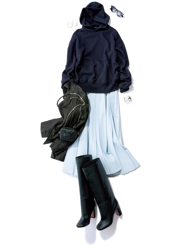 レザースカートとパーカのコーデ