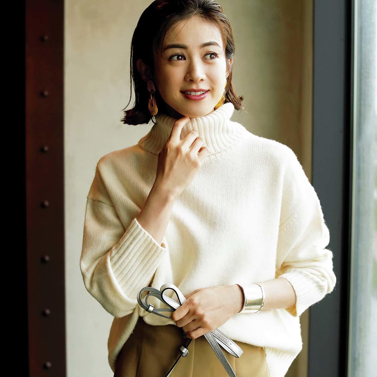 白ボリュームタートルネックニット+大ぶりイヤリングコーデを着たモデルの高垣麗子さん