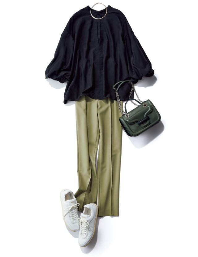膨らみのあるバルーン袖がパンツスタイルに華やぎを演出