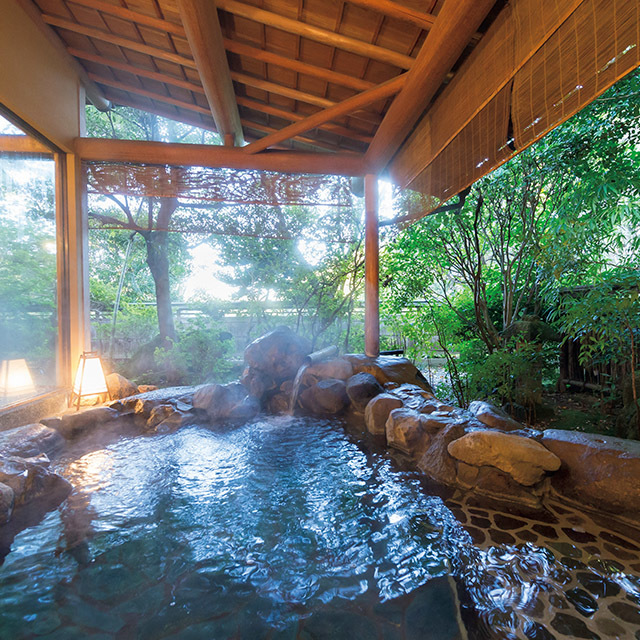 石組みが迫力のある、 大浴場の露天風呂。