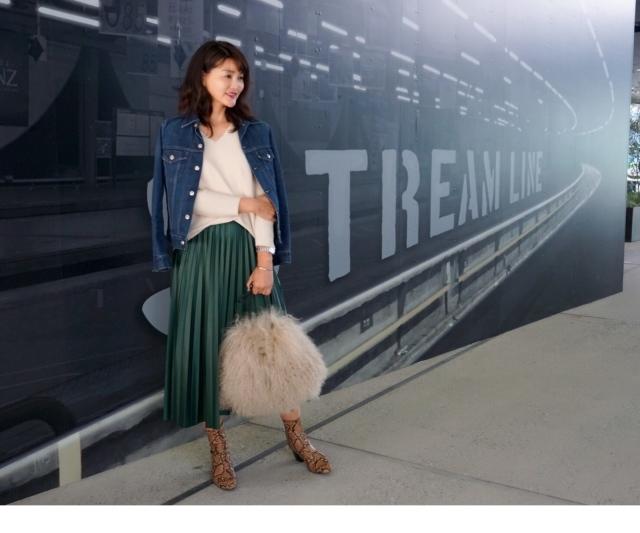 ファッション ZARAのパイソンブーツとレザー風プリーツスカートを合わせたコーデ