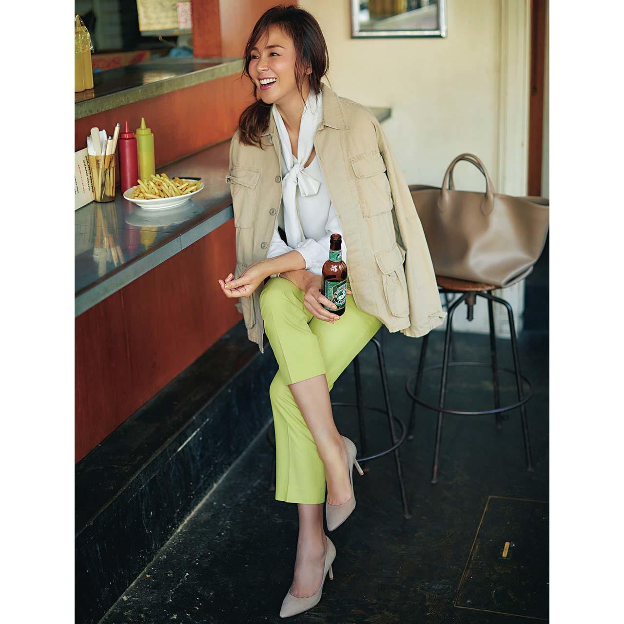 ジャケット×鮮やかカラーパンツコーデを着たモデルのSHIHOさん