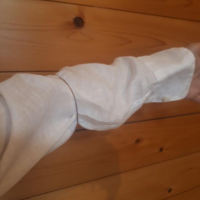 ①肘の手前あたりにゴムを仕込みます。