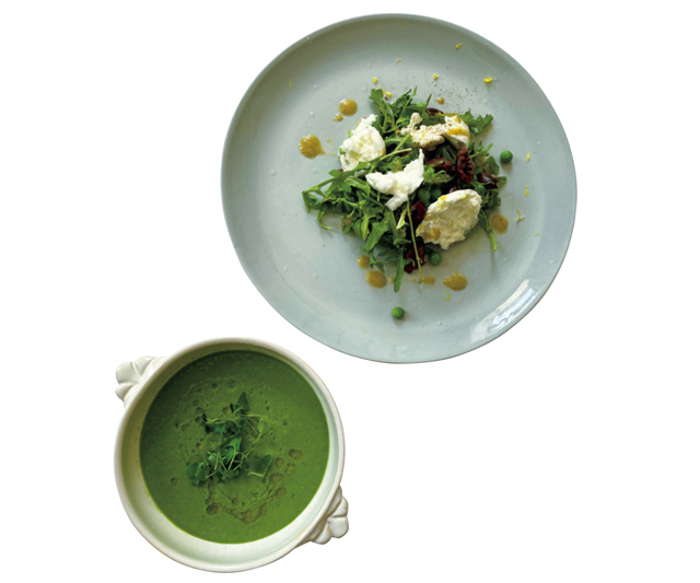 ❹ふだんの食事も野菜が中心。ブッラータチーズとルッコラのサラダ、グリーントマトのガスパチョ