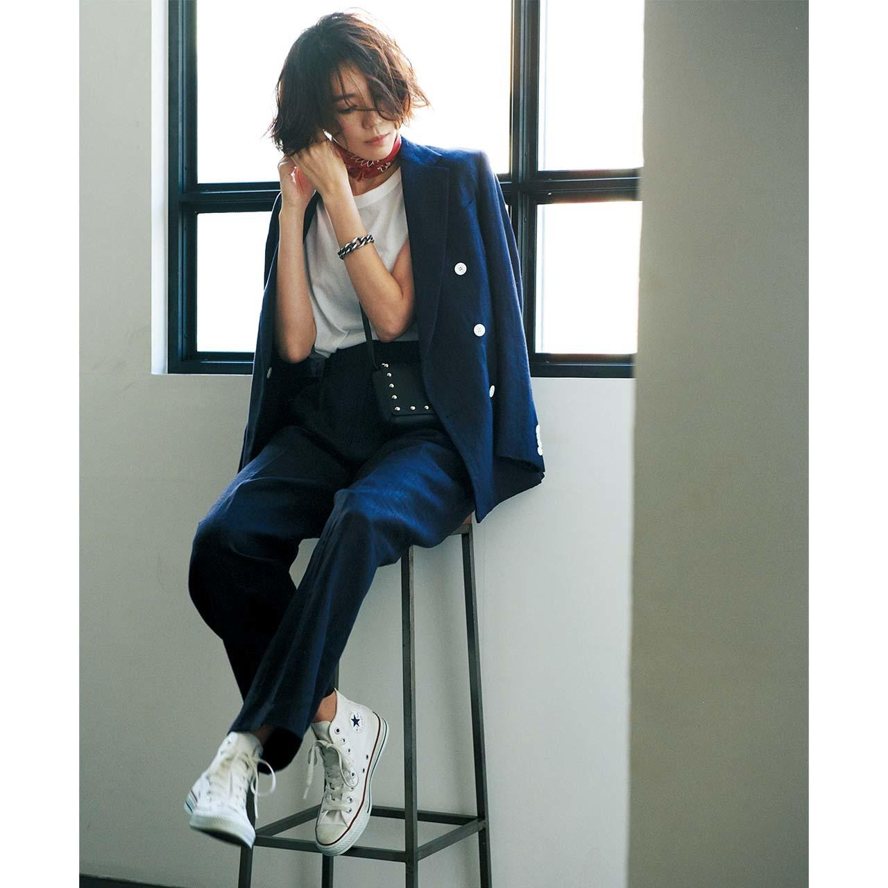 スカーフ×ジャケットコーデを着たモデルの竹内友梨さん