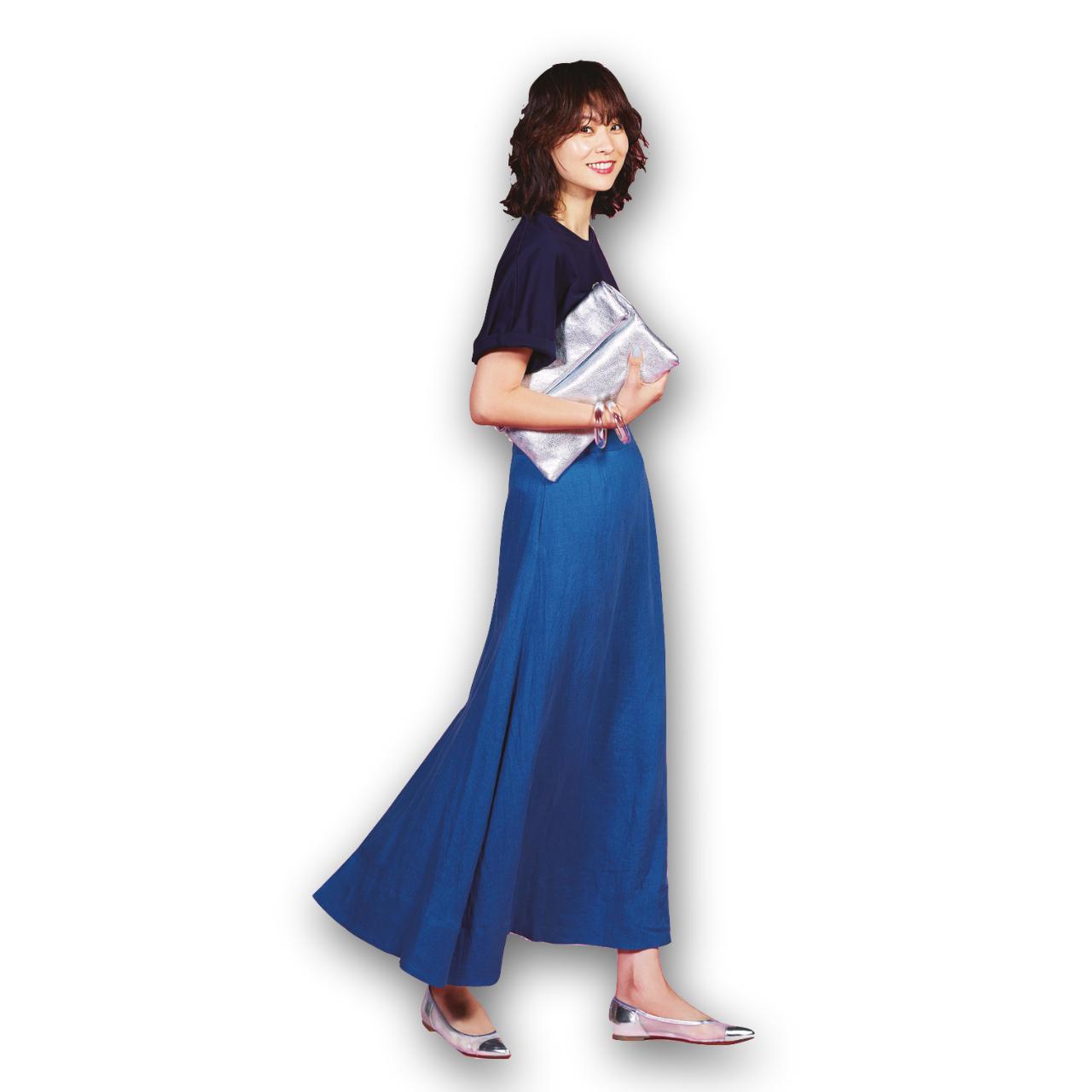 Tシャツ×ブルーのロングスカートコーデ