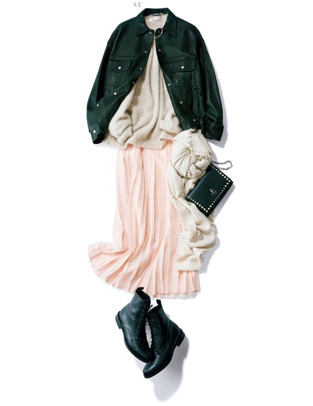 軽素材のスカートとレザージャケットなどハードなアイテムのコーデ