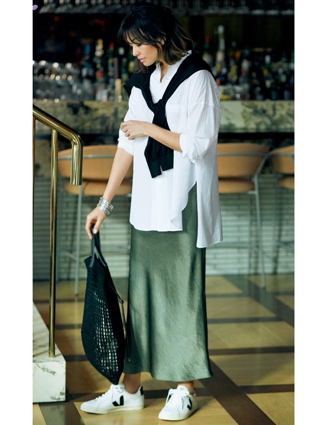 白シャツにダークグリーンの光沢スカートコーデのRINA