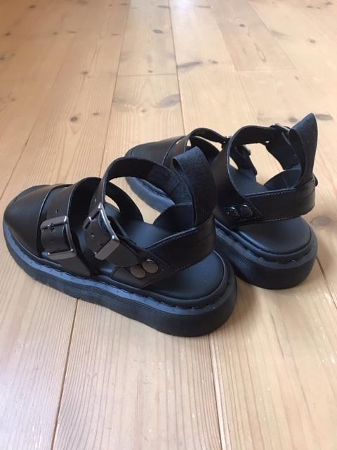 タイトスカートにDr.Martensの定番レザーサンダルを靴下合わせ☆_1_1-2
