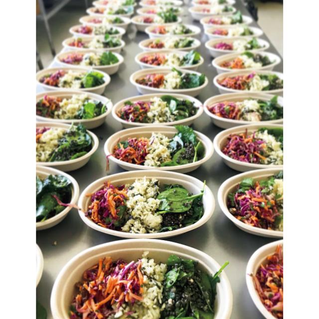 ❷病院で働く人々に食事を届けるチャリティ「コーヒー・トゥ・ザ・フロントラインズ」では、100人分の食事をひとりで調理する