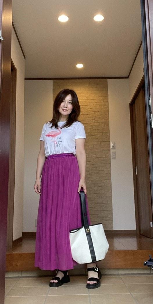 玄関女性 正面 白Tシャツにパープルのマキシスカート