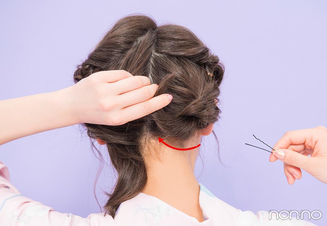 Step3. 毛先はピンで留めて くるりんぱした毛先は上に折り返し、ピンで固定して。左下も同様にくるりんぱしたら毛先を折り返しピンで固定。最後に髪飾りを。