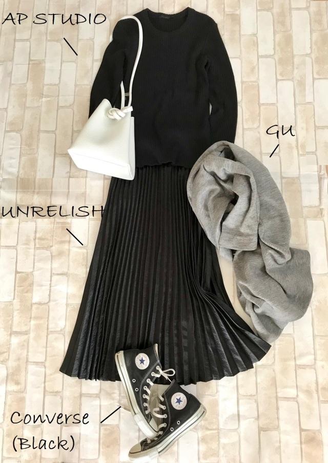 黒コンバースのハイカットスニーカー×黒ニット&プリーツスカートのファッションコーデ