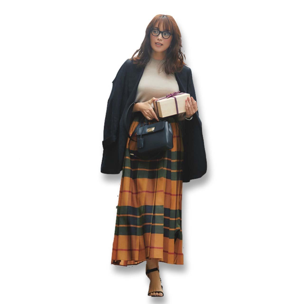 黒のテーラードジャケット×チェック柄スカートコーデ