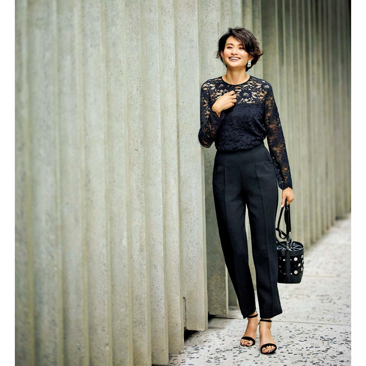 黒レースブラウス×黒パンツのファッションコーデ