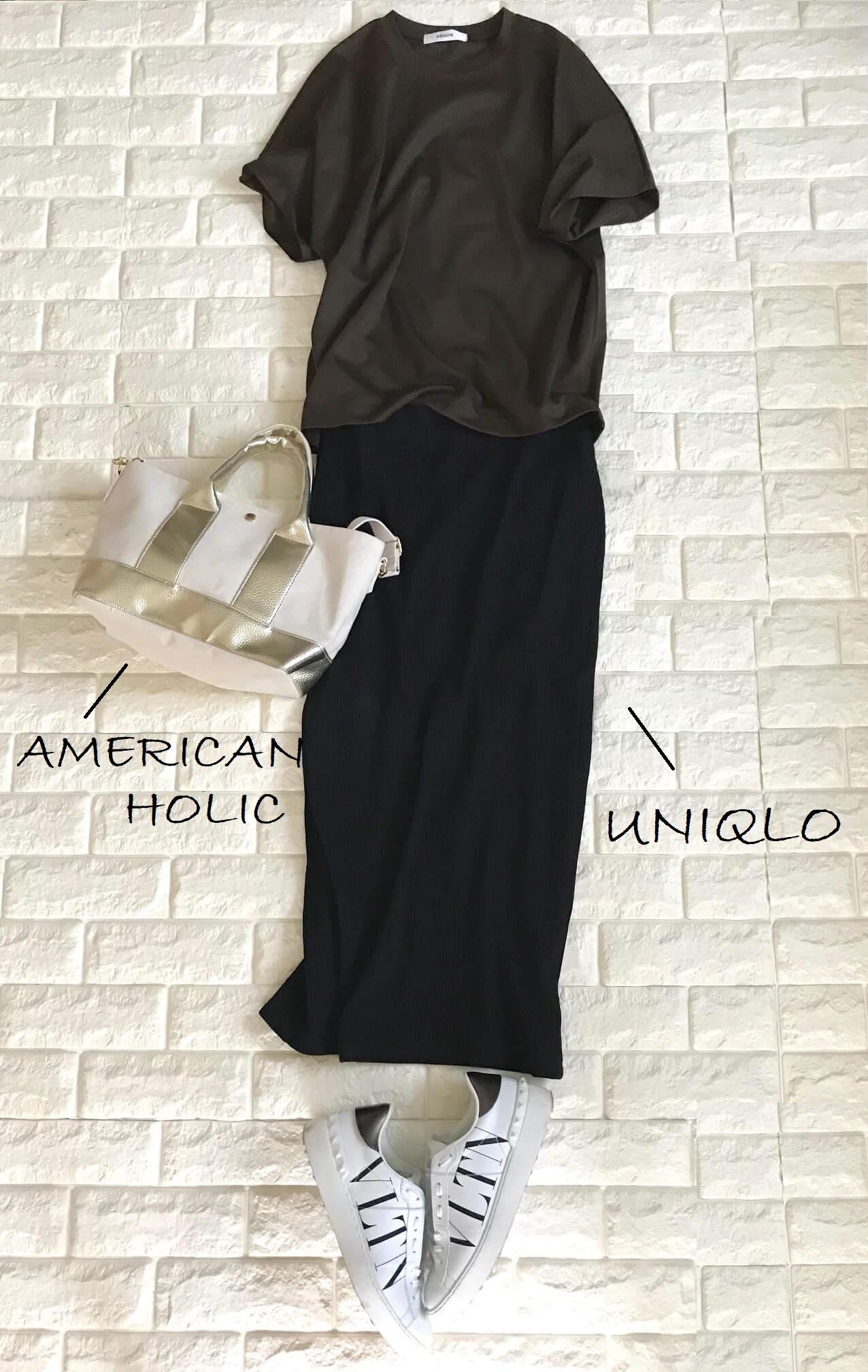 エブールのTシャツと黒のスカートを合わせた秋のコーデ