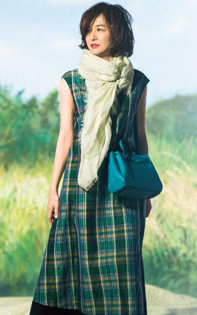 鮮やかなグリーンのバッグを持つ富岡佳子