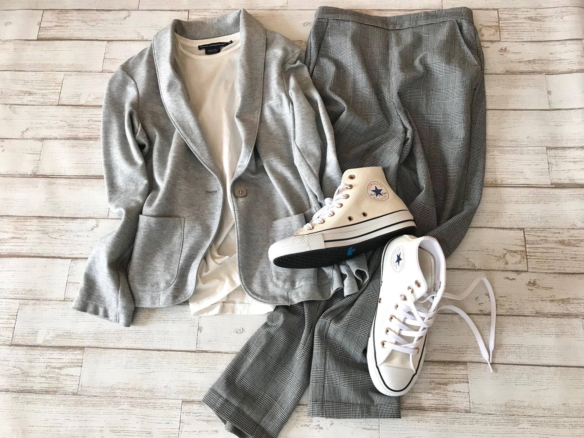 白コンバースのハイカットスニーカー×グレージャケット&パンツのファッションコーデ