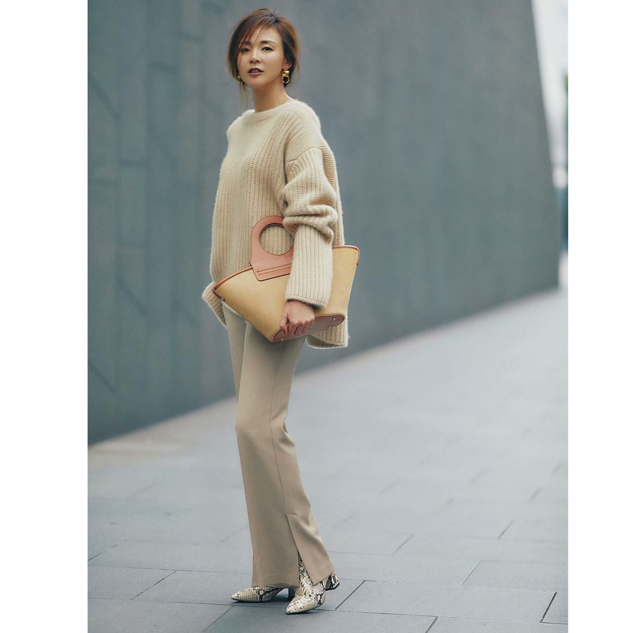 ニット×細身のフルレングパンツコーデを着たモデルのSHIHOさん