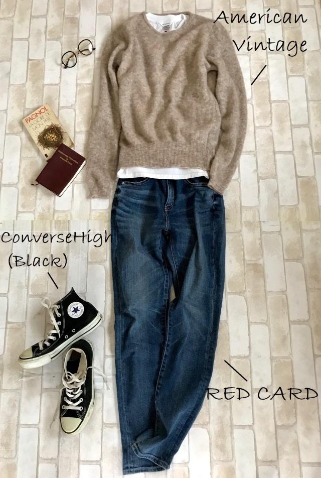 黒コンバースのハイカットスニーカー×ベージュニット&デニムパンツのファッションコーデ