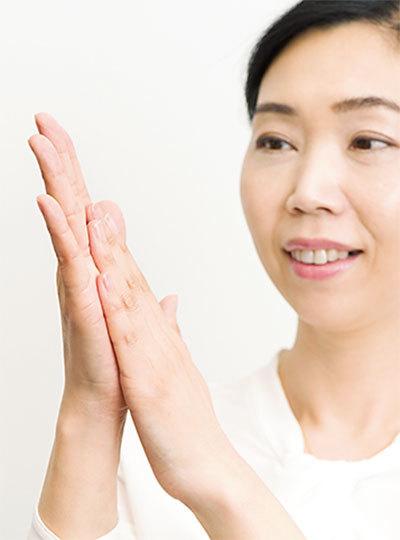 <p><strong>●ホカホカテク</strong><br></p> 手が冷たいと、コスメのなじみが悪くなるので、事前にこすり合わせてホカホカに。その後、化粧水や美容液、乳液を取ってつける。