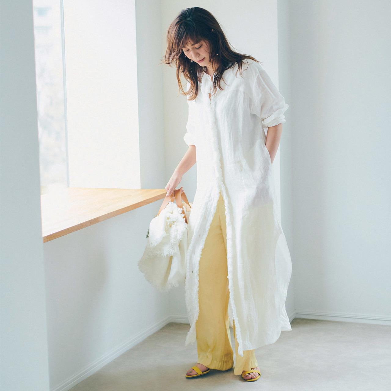 白のロングシャツ×レモンイエローのパンツコーデ