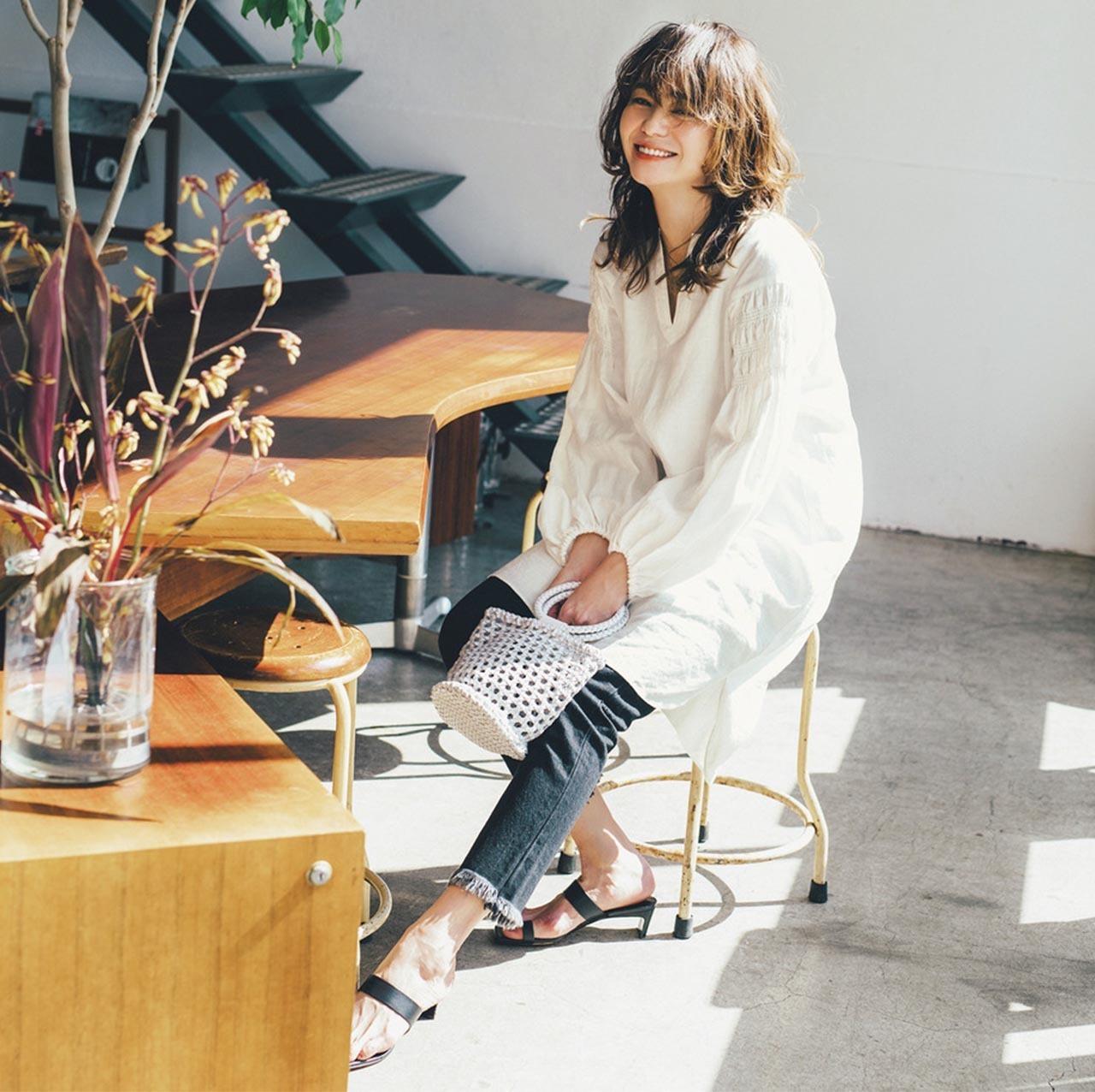 白のシャツワンピース×ブラックデニムパンツコーデを着たモデルの竹下玲奈さん
