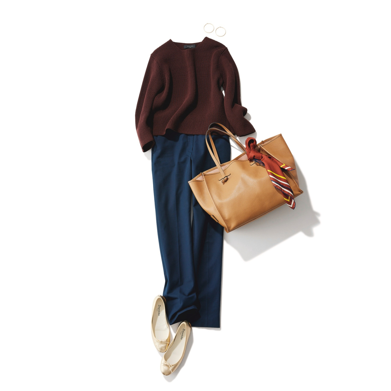 ネイビーパンツ×ブラウンニットのファッションコーデ