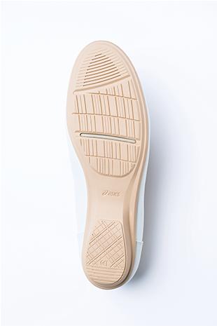 [歩きやすさのポイント①] 屈曲性あるソールのかかとには、衝撃を緩衝するGELが内蔵。クッション性と反発性をあわせもつスピーバを搭載するなど、歩きをサポートする機能をプラス。