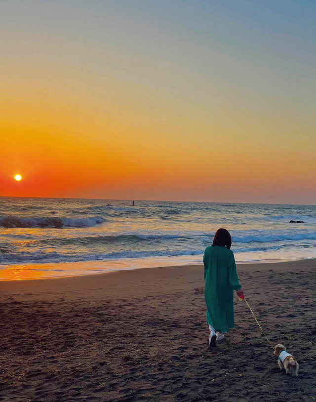 朝日と夕焼けを見る海岸の散歩が楽しみ。海と空の表情を見ているだけで、元気になるそう