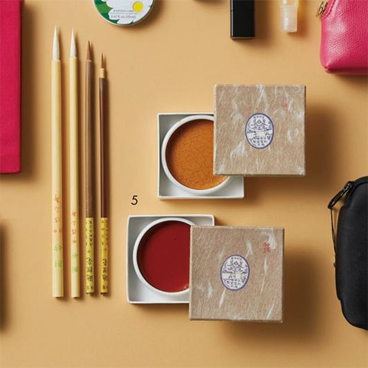 """資生堂のパッケージデザインも手掛ける日本画家・大竹彩奈さんは、和の""""粋""""を感じるアイテムを愛用!【働く女のバッグの中身】_1_5"""