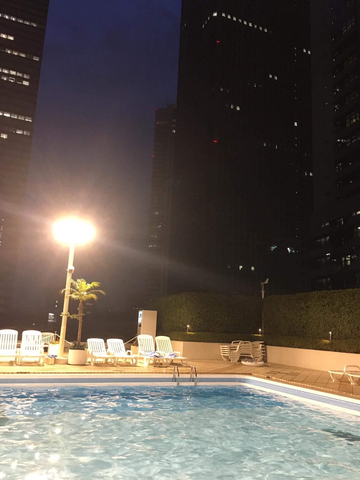 ナイトプールで夜風にふかれる_1_4
