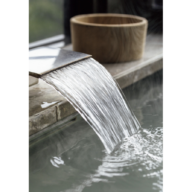 バルコニーの奥に温泉を配している