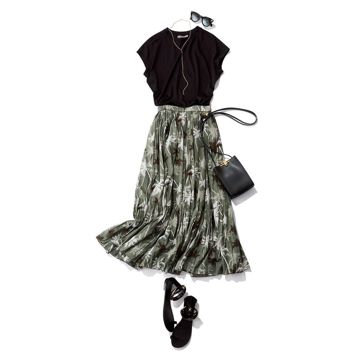 黒Tシャツ×プリントスカート
