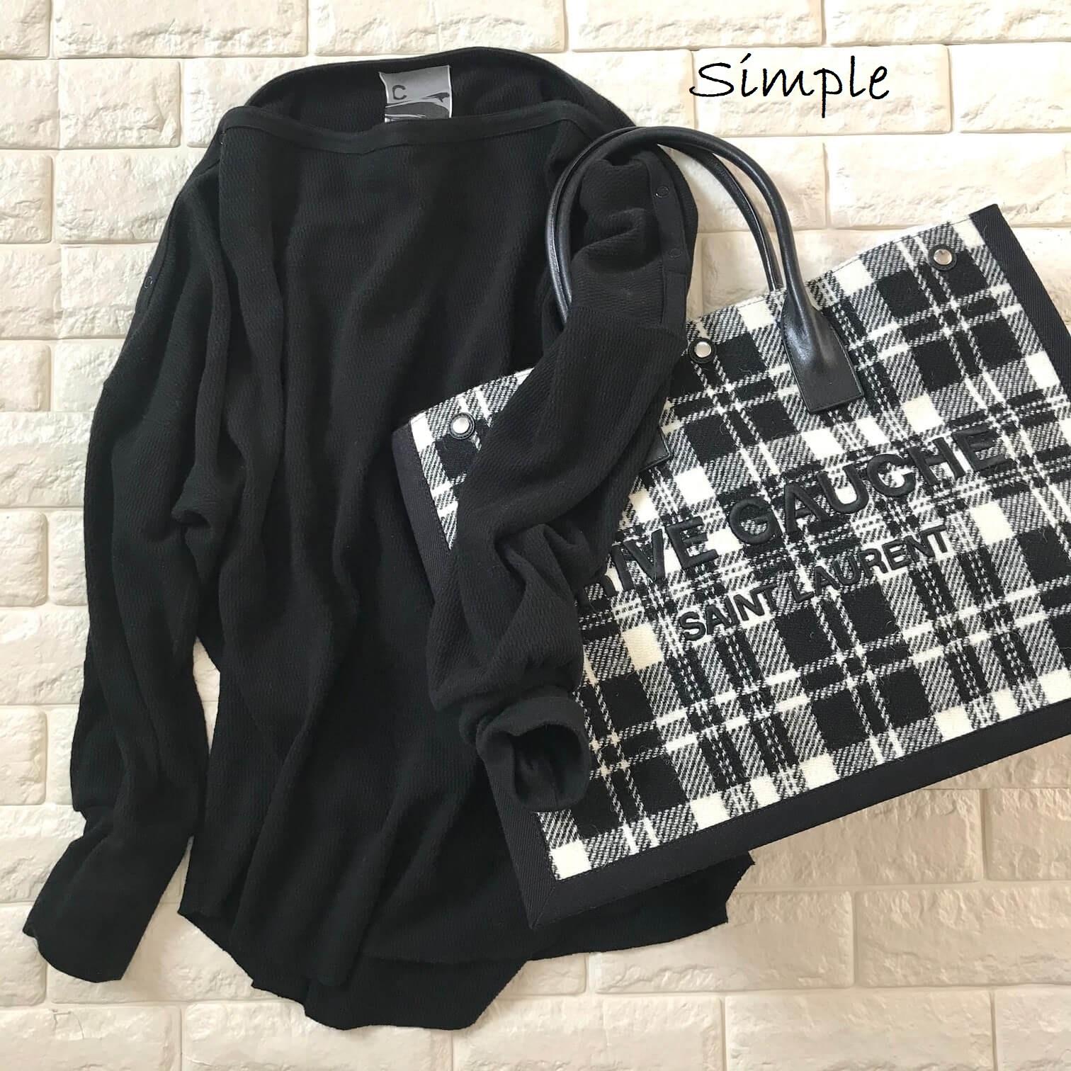 サンローランのバッグと黒いカットソーを合わせた画像