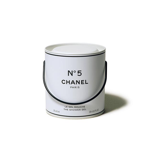 ペンキ缶のよう な紙製バケツを開けると、個包装のシャワージェルが。