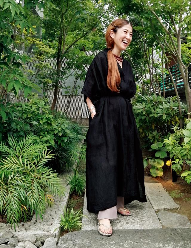 細番手のリネンワンピースコーデの櫛部美佐子さん